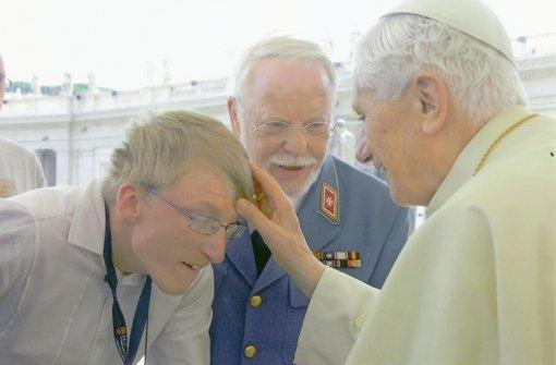 Papstaudienz, Oktober 2012: Malteser-Vize Edmund Baur (Mitte) und Johannes, ein Junge mit Behinderung. Foto: Felici