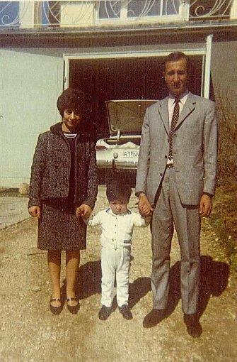 ... sein Geld in einer Spinnerei. Danach arbeitete er in der Feuerlöscherproduktion beim Unternehmen Minimax. Heute ist der inzwischen 74-Jährige bereits seit mehreren Jahren im Ruhestand. Ihren Urlaub verbrachten die Özdemirs anfangs Jahr für Jahr in der Türkei. Im Hintergrund ist das erste Auto der Familie zu sehen. Ich glaube, dass es ein Ford war, schätzt Cem Özdemir. Allzu sicher ist er sich allerdings nicht. In späteren Jahren reiste die Familie dann im Wechsel nach Italien und in die Türkei. Als Grundschüler ging Cem zwei Mal pro Woche ...br Foto: Cem Özdemir