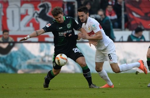 Hannovers Oliver Sorg (l.) im Zweikampf mit Stuttgarts Lukas Rupp vom VfB Stuttgart. Foto: dpa