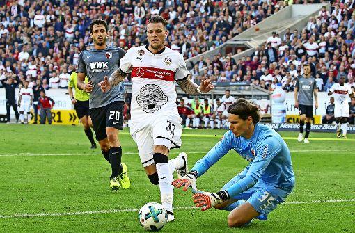 Wieder nichts mit einem Tor: dem VfB-Stürmer Daniel Ginczek springt der Ball zu weit vom Fuß und der Augsburger Torhüter Marwin Hitz packt zu. Foto: Baumann