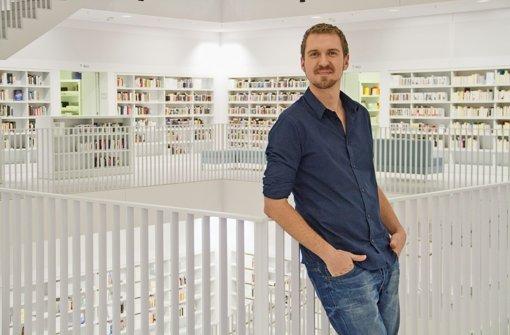 Fred Hilke führt durch die Stadtbibliothek Stuttgart Foto: Christian Schega