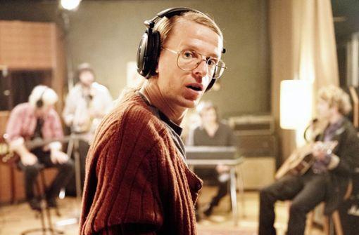 Liedermacher Gundermann (Alexander Scheer) beim Proben mit der Band.  Foto: Pandora