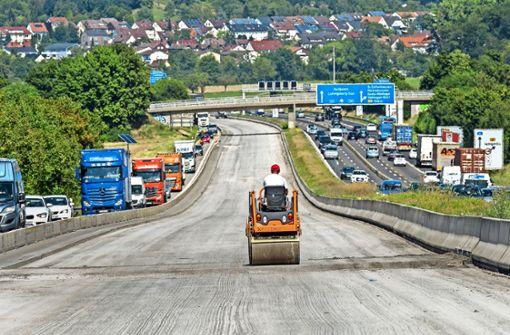 Die A81 ist eine der wichtigsten Verkehrsadern der Region täglich fahren hier etwa 120 000 Fahrzeug entlange. Noch bis zum 30. September soll hier gebaut werden. Foto: factum/Weise