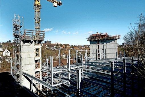 Die beiden Türme ragen bereits empor - die Bauarbeiten am Parkhaus sind voll im Zeitplan. Foto: factum/Bach