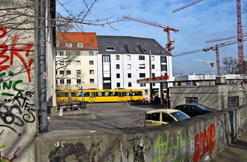 Der selten voll belegte Parkplatz neben der Friedensschule könnte der Standort für einen neuen Altglas-Container werden. Foto: Georg Linsenmann