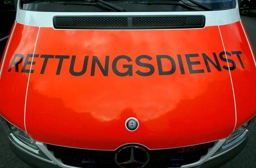 Ein betrunkener 25-Jähriger verliert die Kontrolle über sein Auto und kracht gegen einen Lichtmast. Er wird mit dem Rettungswagen ins Krankenhaus gebracht. Foto: dpa/Symbolbild