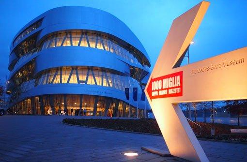 Eine Familienkarte gibt es für das bMercedes-Benz-Museum/b nicht. Dafür dürfen Kinder unter 15 Jahren das Museum gratis besuchen. Erwachsene zahlen 8 Euro, Kinder zwischen 15 und 17 Jahren 4 Euro für den Eintritt. Doch wenn die Kleinen schon mal im Museum sind, wollen sie auch etwas mitnehmen. Sehr beliebt der SLK-Pullback (also ein Mini-Mercedes-SLK mit mechanischem Antrieb) für 4,90 Euro.br a href=http://www.mercedes-benz-classic.com/content/classic/mpc/mpc_classic_website/de/mpc_home/mbc/home/museum/overview_museum.htmltarget=topstyle=color:#007CC2Mehr Infos finden Sie hier./a Foto: Leserfotograf burgholzkaefer
