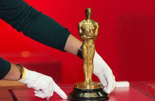 Eine Oscar-Statue wird im Haus der Geschichte anlässlich der Ausstellung über Carl Laemmle aufgestellt Foto: dpa