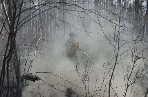 Trotz glimmenden Feuers beginnen Aufräum-Arbeiten