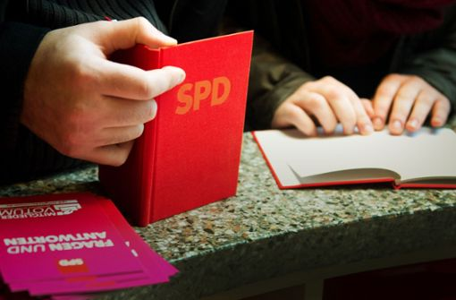 Das SPD-Parteibuch ist relativ leicht erhältlich – dieser Umstand  könnte das Ergebnis der Mitgliederabstimmung beeinflussen. Foto: dpa