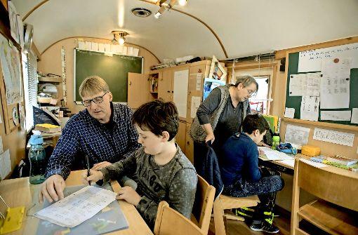 Zwei Lehrer, zwei Schüler:  Michael Widmann übt mit Alexis, Christina Kretschmann lernt mit Joaquin in der Circus-Schule. Foto: Lichtgut/Max Kovalenko