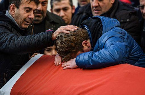 Trauer um eines der Opfer im Istanbuler Nachtklub Foto: AFP