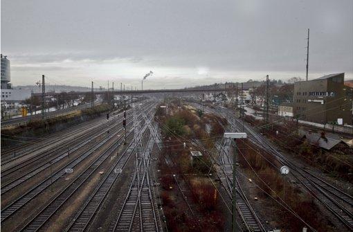 Im Bereich der B-14-Überführung (hinten) in Untertürkheim soll der Wartungsbahnhof entstehen Foto: Peter Petsch