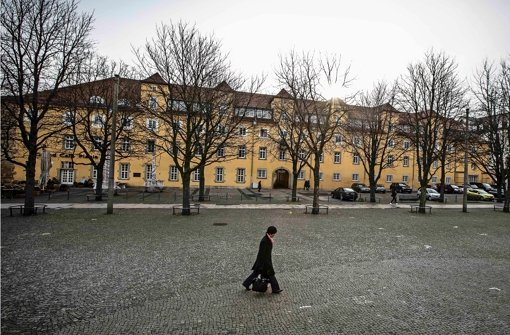 Das Alte Waisenhaus – hier vom Karlsplatz aus gesehen – beherbergt bald die Willkommenszentren von Stadt und Region. Foto: Leif Piechowski