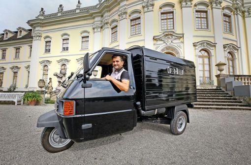 Immer mobil:  Cüneyt Ercetin in seinem neuesten Dienstwagen. Foto: factum/Granville