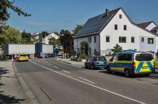 Die Polizei sperrte die Vaihinger Straße bis 11.30 Uhr. Foto: SDMG