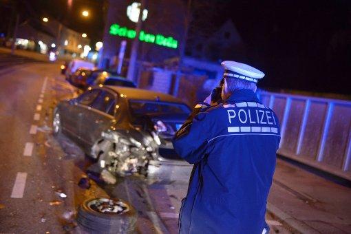 Bevor sein Audi völlig ausgebrannt ist, hat ein 28-Jähriger am Montagabend in Stuttgart-Kaltental sechs parkende Autos gerammt. Foto: www.7aktuell.de/Eyb