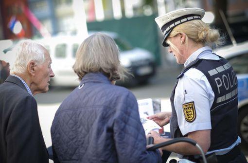 Bei Beratungsterminen gibt die Polizei Senioren Tipps, wie man am TELefon Betrugsmaschen erkennt.  Foto: Lichtgut/Leif Piechowski