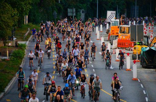 Hunderte Radfahrer rollen durch den Kessel