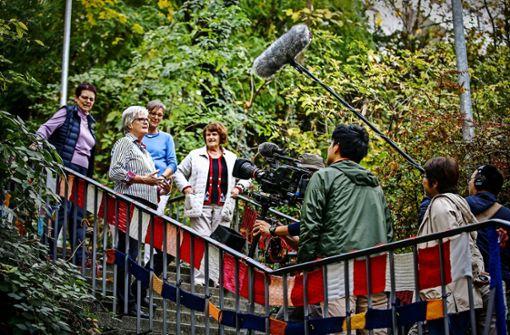 So was kommt beim japanischen Publikum  gut an: schwäbische Strickerinnen auf einem Stuttgarter Stäffele Foto: Lichtgut/Leif Piechowski