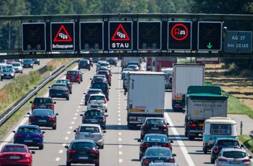 Fahrzeuge stauten sich zeitweise auf bis zu sieben Kilometern Länge. Foto: dpa