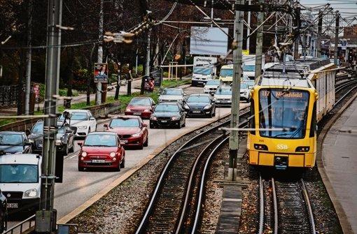 Ein gewohntes Bild: Im morgendlichen   Berufsverkehr fahren Autos und eine Stadtbahn auf der Heilbronner Straße nebeneinander her Foto: Lichtgut/Leif Piechowski
