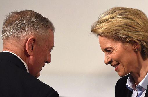US-Verteidigungsminister James Mattis trifft auf die deutsche Amtskollegin Ursula von der Leyen. Foto: AFP