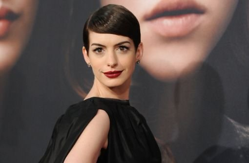 Große Rehaugen, makelloser Teint, burschikoser Kurzhaarschnitt: Anne Hathaway war der Hingucker auf der Premiere ihres neuen Films Les Miserables in New York. Foto: dapd