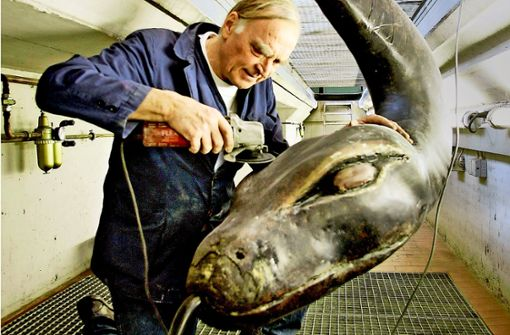 Schöpfer mit Schlange: Auke de Vries bei der Restaurierung im Jahr 2006 Foto: factum(Archiv)