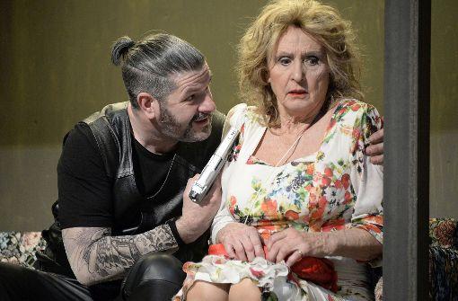 Johannes Pfeifer  als Vito schüchtert Diana Körner in der Rolle als Paulette ein. Foto: Wolfgang Brümmer