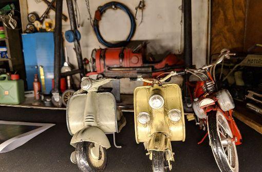 Die alten Motorroller warten darauf, repariert zu werden. Foto: Jürgen Brand