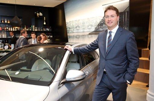 Der künftige Daimler-Forschungschef Ola Källenius posiert in Hamburg vor einer neuen C-Klasse Foto: dpa