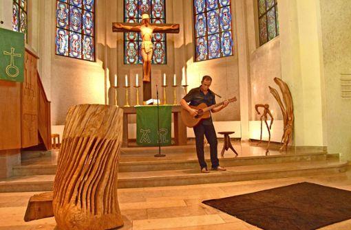 Thomas Putze hat zur Einweihung seines Pults (links) Gitarre gespielt. Foto: Petra Mostbacher-Dix