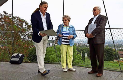 Erhard Bruckmann (links) überreicht Gerda und Rolf Rheinisch die Spendenurkunde. Die beiden haben ihrer Tochter zum Geburtstag eine Namenstafel geschenkt. Foto: Eva Funke