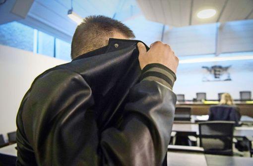 Deniz E. verbirgt vor dem Landgericht Stuttgart sein Gesicht. Der verurteilte Mörder wird nicht weggeschlossen. Foto: dpa