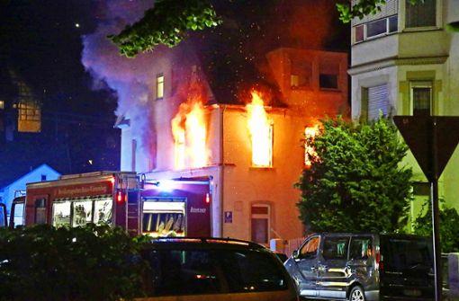 Aus dem Mehrfamilienhaus lodern am frühen Freitagmorgen die Flammen. Foto: 7aktuell.de/Christina Zambito