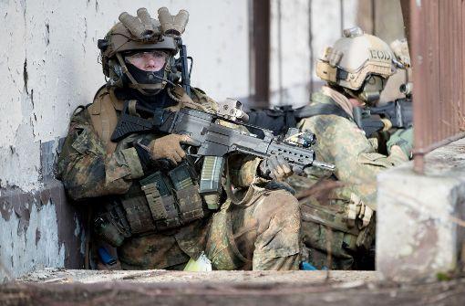Soldaten des Kommandos Spezialkräfte trainieren den Häuserkampf. Foto: dpa
