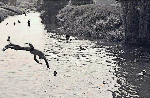 Ab in den Neckar! Der tollkühne Springer ist unser Leser Martin Blaicher in den 1950ern.  Foto: Martin Blaicher
