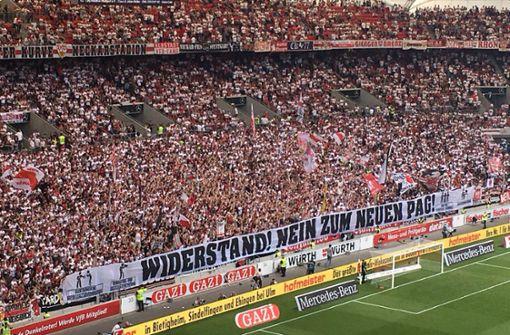 Zeichen des Protests gegen das Polizeiaufgabengesetz in der Cannstatter Kurve des VfB Stuttgart Foto: StZN