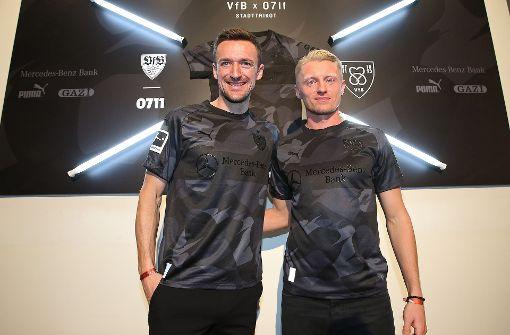 VfB-Profis laufen im neuen Sondertrikot auf