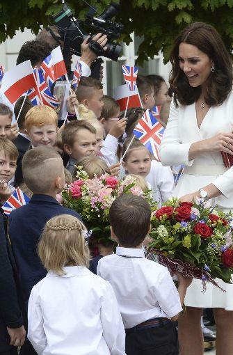Die britische Herzogin bekam zur Begrüßung Blumen überreicht. Foto: AP