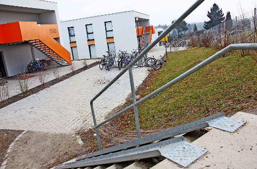 Die Treppe zur Flüchtlingsunterkunft ist   recht steil. Die Bezirksbeiräte  wollen,  dass ein alternativer Zugang geschaffen  und die Beleuchtung verbessert wird. Foto: Lederer