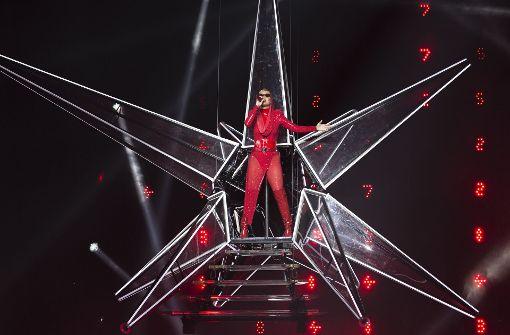 Katy Perry im feuerroten Bühnenoutfit