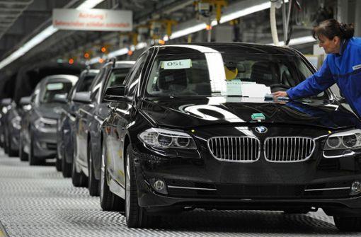 Der 18-Jährige war mit einem schwarzen BMW der 5er-Baureihe – hier bei der Fertigung in Niederbayern – unterwegs. (Symbolfoto) Foto: dpa