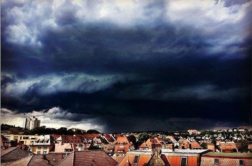 Bilder von dunklen Wolken und großen Hagelkörnern