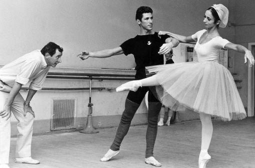 Die Tänzerin Marcia Haydee probt im September 1967 mit ihrem Kollegen Richard Cragun unter den kritischen Augen von Ballettdirektor John Cranko Foto: dpa