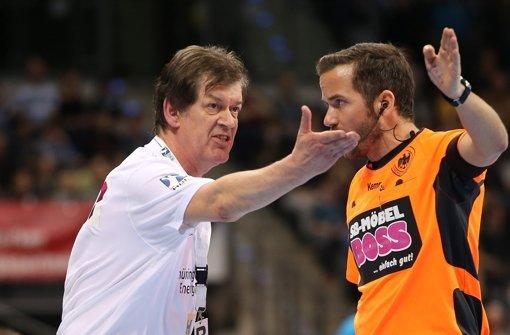 Trainer (hier der frühere Frisch-Auf-Coach Velimir Petkovic) diskutieren im Handball oft  mit dem Schiedsrichter: Jede Vereinfachung im Regelwerk ist ein Vorteil. Foto: Baumann