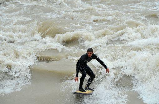 Surfer, wie hier in München, könnten bald auch auf dem Neckar in Stuttgart unterwegs sein. Foto: dpa