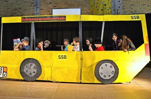 Ob VfB-Fan oder Wurstfabrikant: sie alle wollen schnell ans  Ziel, stecken aber im Schienenersatzverkehr fest. Foto: Claudia Leihenseder