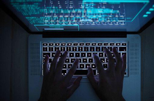 Die unbekannten Täter haben wahrscheinlich die Firewall des Terminals umgangen, um den Porno abspielen zu können. (Symbolbild) Foto: dpa